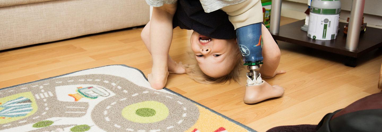 Jesse temppuilee lattialla. Jessen jalat, pää ja kädet ovat maassa.